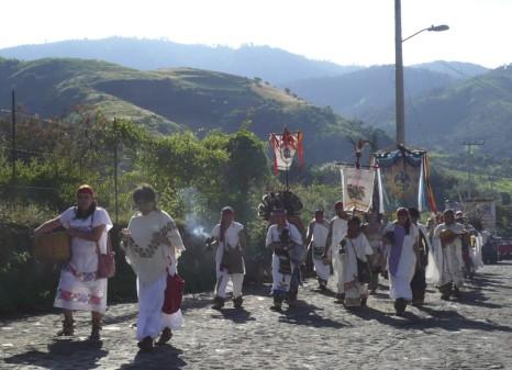 Morgen in Malinalco: Die Tänzer auf dem Weg zum Kirchhof